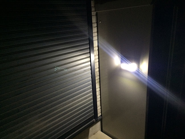 LEDライトで照らされた作業場